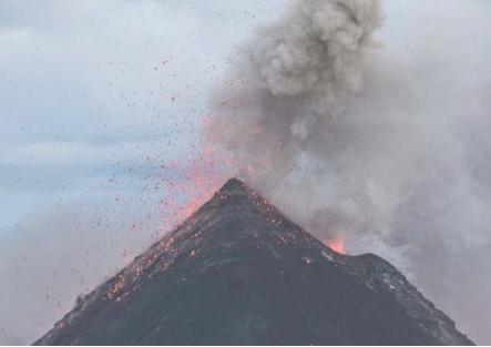 太平洋海底的裂缝导致火山链蛰伏