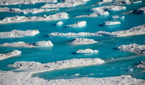 南极东部冰原上成千上万个融水湖