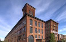 纺织工厂变成了多家庭有通过它的火车轨道