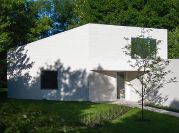 让维维尔在蒙特利尔郊区完成了白色隔板房子
