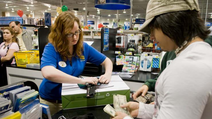 百思买报告称销售强劲因为它带回了休假的工人