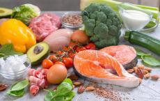在观看带有健康食品的烹饪节目后 孩子们吃健康食品的可